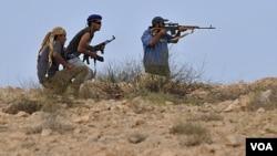 Para pejuang NTC Libya mengepung kota Sirte, benteng pendukung Gaddafi (29/9).