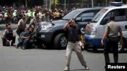 Polisi Indonesia bereaksi ke lokasi terjadinya beberapa ledakan di Jakarta, Kamis siang (14/1).