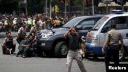 Maafisa wa polisi wa Indonesia waonekana wakikabiliana na mashambulizi ya bunduki mjini Jakatra januari 14, 2016