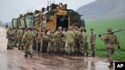 Një autokolonë ushtarake turke duke hyrë në Siri