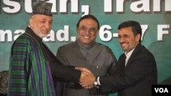Presiden Afghanistan Hamid Karzai, Presiden Pakistan Asif Ali Zardari dan Presiden Iran Mahmoud Ahmadinejad berjabat tangan dalam KTT tiga negara di Islamabad, Pakistan (17/2).