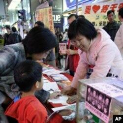 香港市民老少参与签卡活动