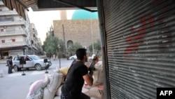 7月23日,当一架直升机在北方城市阿勒颇上空盘旋之际,一个反政府军就战斗位置