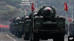 Des missiles nord-coréens sur des camions lors d'une parade militaire marquant le 65e anniversaire du Parti des travailleurs au pouvoir à Pyongyang, Corée du Nord, le 10 octobre 2010. (AP Photo / Vincent Yu)