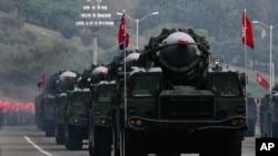 Des missiles nord-coréens défilent sur les camions font son chemin lors d'une parade militaire marquant le 65e anniversaire du Parti des travailleurs, au pouvoir, à Pyongyang, Corée du Nord, 10 octobre 2010. (AP Photo / Vincent Yu)
