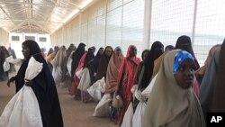 Wakimbizi wa kisomali wanasubiri kwa mrondo kupokea chakula katika kituo cha WFP ndani ya kambi ya Dadaab, Kenya, Julai 15, 2011