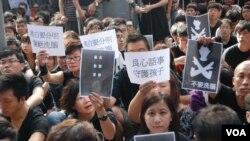 示威者舉起反洗腦的標語