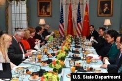 2017年9月28日美國國務卿蒂勒森在美國國務院與中國國務院副總理劉延東舉行美國-中國社會與文化對話工作早餐。