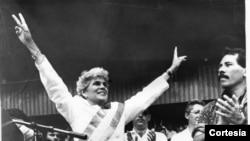 Violeta Chamorro saluda a su pueblo con su banda presidencial acompañada de Daniel Ortega el 26 de abril 1990. Foto de archivo de La Prensa de Nicaragua.