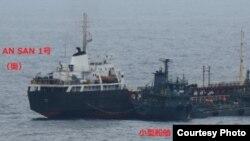 일본 외무성이 24일 보도자료를 내고, 북한 선박의 불법 해상 환적 의심 장면을 촬영한 사진을 공개했다. 일본 해상자위대가 지난 18일 동중국해 상에서 촬영한 사진은 유엔 제재 대상인 북한 선박 안산 1호가 선적이 불분명한 소형 선박과 호스를 연결한채 해상에 떠 있는 모습을 포착했다.
