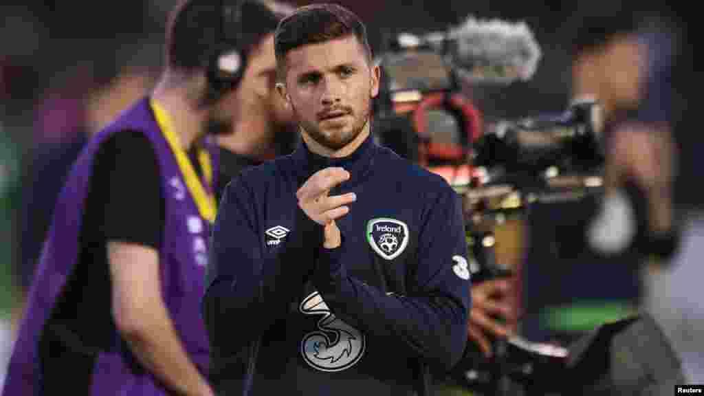 Shane Long joueur de l'Irlande applaudit ses fans après un match contre le Belarus le 31 mai 2016.