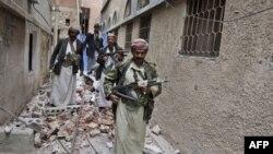 Các chiến binh bộ tộc kiểm tra thiệt hại xung quanh căn nhà của thủ lãnh bộ tộc Sheik Sadeq al-Ahmarm