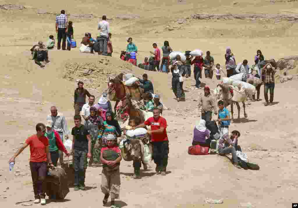 Syrian refugees cross into Iraq at the Peshkhabour border point in Dahuk, August 20, 2013.