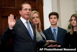Алекс Ейзар із сім'єю на церемонії складання присяги у Білому домі
