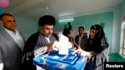 Giáo sĩ Shia Moqtada al-Sadr đi bỏ phiếu tại Najaf, phía nam thủ đô Baghdad.