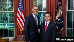 ພະນະທ່ານ ເອກອັກຄະລັດຖະທູດ ໄມ ໄຊຍະວົງສ໌ ສະເໜີສານຕາຕັ້ງ ຕໍ່ ປະທານາທິບໍດີ Barack Obama ທີ່ ທຳນຽບຂາວ ນະຄອນຫລວງ ວໍຊິງຕັນ.