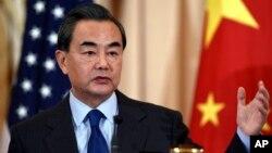 在华盛顿访问的中国外长王毅