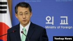 조태영 한국 외교부 대변인이 1일 외교부청사에서 미국 하원이 채택한 한반도 평화와 통일 결의안 등 외교현안에 대한 입장을 밝히고 있다.