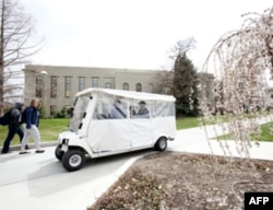 杨百翰大学用高尔夫球车运送访客
