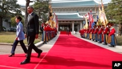韩国总统朴槿惠在首尔青瓦台欢迎到访的美国总统奥巴马 (2014年4月25日)