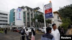 Suasana di depan pintu masuk Rumah Sakit Cipto Mangunkusumo, Jakarta. (Foto: dok)