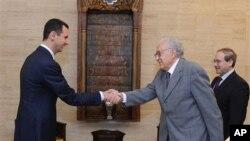 Sirijski predsednik Bašar al Asad rukuje se sa izaslanikom UN-a i Arapske lige Lakdarom Brahimijem