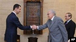 21일 수도 다마스쿠스에서 라흐다르 브라히미 국제평화특사를 접견하는 바샤르 알사아드(왼쪽) 시리아 대통령