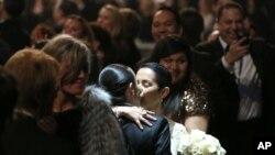 """Beberapa pasangan yang berpartisipasi dalam upacara pernikahan yang berlangsung saat pertunjukan lagu """"Same Love"""" dari Macklemore and Ryan Lewis pada Grammy Awards ke-56. (AP/Matt Sayles)"""