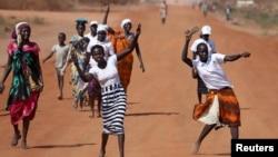 زنان در سودان در حاشیه یک مراسم جشن می رقصند.