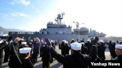 해군 서태평양 기뢰대항전 훈련전대가 오는 2월 17일부터 3월 7일까지 뉴질랜드 해역에서 14개국 연합으로 실시되는 '14년 서태평양 기뢰대항전 훈련'에 참가하기 위해 27일 진해항을 출항하고 있다.