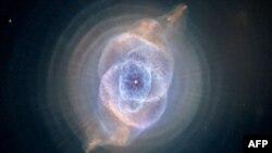 """Habl teleskop snimio je Nebulu """"Mačije oko"""", što je jedna od prvih planetarnih nebula otkrivenih u svemiru. Mačije oko čini jedanaest prstenova gasa."""