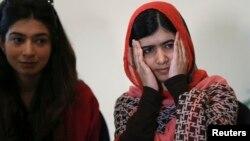 2014年7月13日巴基斯坦女学生活动家玛拉拉.优素福扎伊(右)在阿布贾