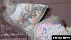 지난 22일 한국 김포 인근 한강에서 수거된 대남 전단이 포장된 비닐 봉투들. 이 봉투들은 관계기관의 조사 결과 북한이 김포 북방의 북측 지역에서 의도적으로 띄워 보낸 것으로 분석됐다. 비닐 봉투 안의 전단들은 정전협정 체결일을 북한의 전쟁 승리 기념일로 왜곡해 북한 체제를 선전하는 내용과 무수단 미사일을 이용해 공격하겠다고 협박하는 등의 내용이다.