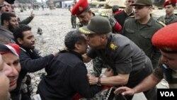 El jefe del ejército egipcio, general Hassan El-Rueini, fue a la plaza a dialogar con los manifestantes.