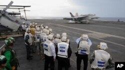 參觀者11月8日在香港觀看戰機在華盛頓號降落