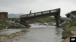지난달 30일 북한 평안남도 온천군에서 폭우로 붕괴된 교량. (자료사진)