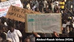 Les manifestants à Niamey, le 21 décembre 2016 (VOA/Abdoul-Razak Idrissa)