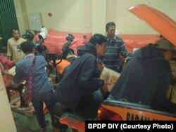 Tim Reaksi Cepat BPPD DIY mengirim logistik ke Balai Desa Glagahharjo sebagai persiapan, Senin, 21 Mei 2018. (Foto: BPDP DIY)