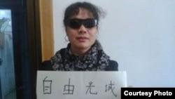 Aktivis Liu Ping menunjukkan solidaritas terhadap pengacara hak-hak sipil yang tunanetra, Chen Guangcheng. (Foto: Dok)