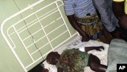 尼日利亞民族暴亂的受害者-一名男童9月10日躺在這個國家中部的一家醫院裡