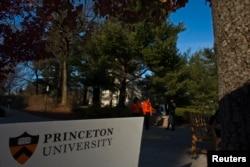 Orang-orang berjalan di sekitar kampus Universitas Princeton di New Jersey, 16 November 2013. (Foto: Reuters)