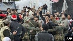Người biểu tình la hét trong khi chống lại việc binh sĩ hạ những lều trại ở Quảng Trường Tahrir, ngày 13/2/2011