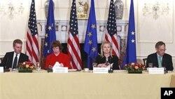 歐盟官員歐廷格、歐盟官員阿什頓、美國國務卿克林頓和美能源部長朱棣文(從左到右)﹐星期一在華盛頓美國國務院召開美國歐盟能源會議