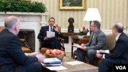 Presiden Barack Obama (kedua dari kiri) menerima briefing mengenai bencana di Jepang dan peringatan tsunami bagi daerah pesisir Samudera Pasifik di kantornya, Jumat (11/3).