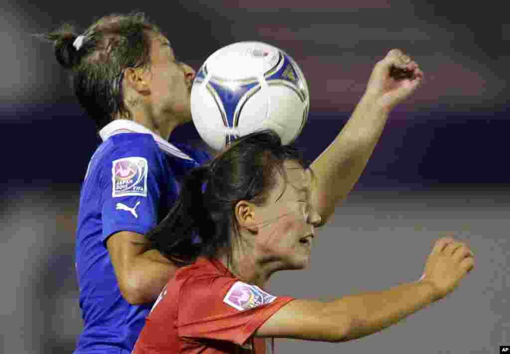 لویزا پوگنالی از ايتاليا، سمت چپ، با جانگ سلگی از کره جنوبی در جام جهانی فوتبال زنان زير بيست سال در ورزشگاه کومابا در سايتاما، ژاپن. AP