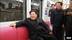 Lãnh tụ Bắc Triều Tiên Kim Jong-un ngồi trên một chuyến tàu điện ngầm mới được sản xuất tại Kaeson Station ở Bình Nhưỡng (Ảnh tư liệu do báo của đảng Lao động Triều Tiên phát hành).