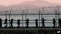 19일 오후 경기도 파주시 임진강변에서 철책을 확인하는 한국군