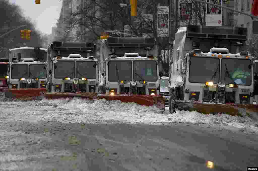 برف روبها سرگرم پاک کردن برف از خيابان پنجم نيويورک هستند -- سهشنبه ۷ بهمن ماه ۱۳۹۳ (۲۷ ژانويه ۲۰۱۵)