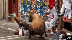 Một người đàn ông bị bò húc trong cuộc chạy đua với bò tót ở Pamplona, Tây Ban Nha, hôm 8/7.