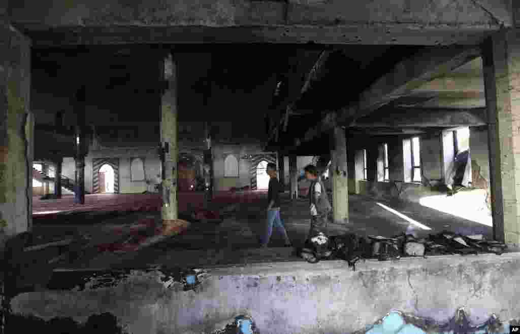 تصویری از مسجد شیعیان به نام «امام زمان» پس از حمله انتحاری روز جمعه در کابل افغانستان.گروه داعش مسوولیت این حمله مرگبار را بر عهده گرفت.